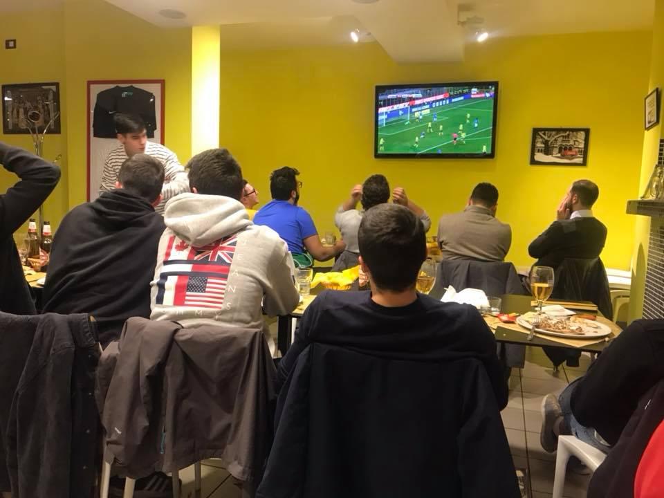 sala tavoli tv calcio a pizza express